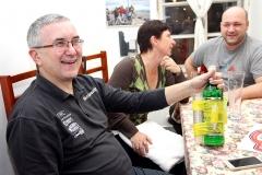 Tohle cestovní balení věnoval Karlovi majitel Kavárny Pod věží Kamil Vonc
